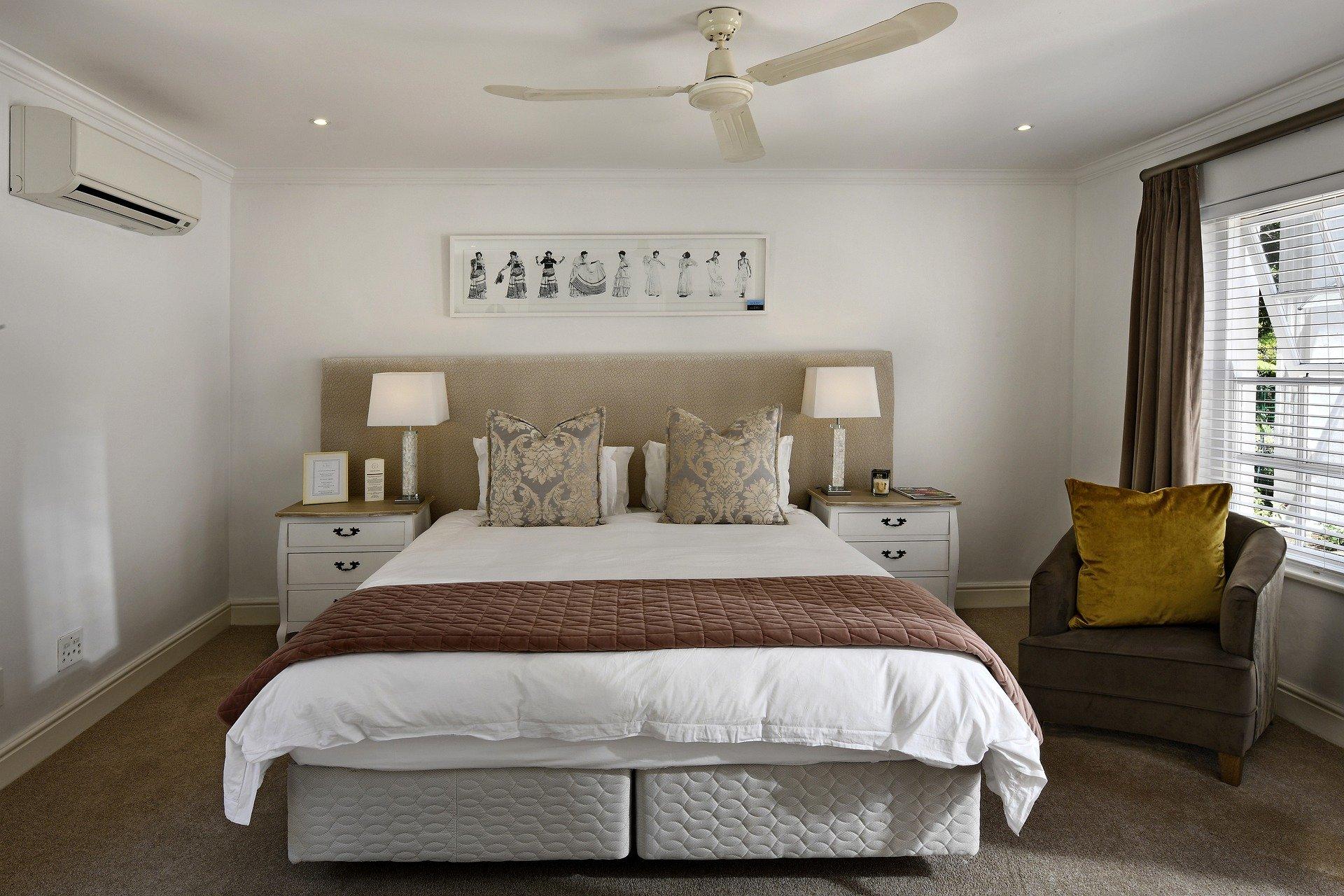 bedroom-5664221_1920.jpg